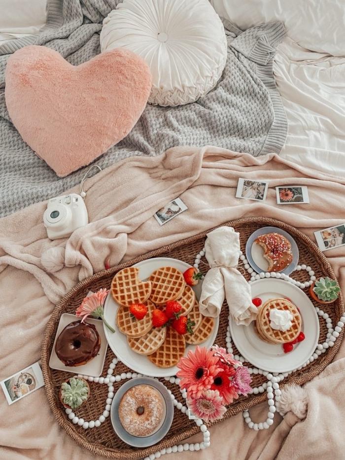 coussin forme coeur rose pastel linge de lit blanc belles images petit déjeuner plateau tressé fruits