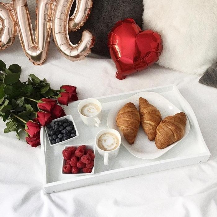 croissants tasse de café lait recette saint valentin coussin fausse fourrure blanche ballon coeur rouge