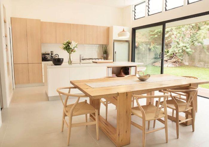 déco japonaise japandi cuisine bois ouverte sur salle à manger en chaises et table de bois ilot central blanc