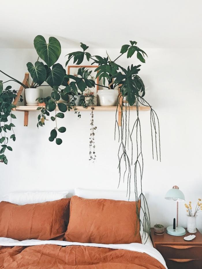 décoration chambre à coucher linge de lit couleur terracotta étagère plantes suspendues chambre