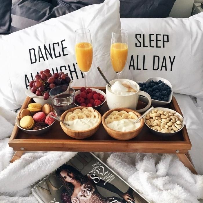 décoration lit cocooning housses coussins lettres image petit déjeuner plateau bois fruits bol coco
