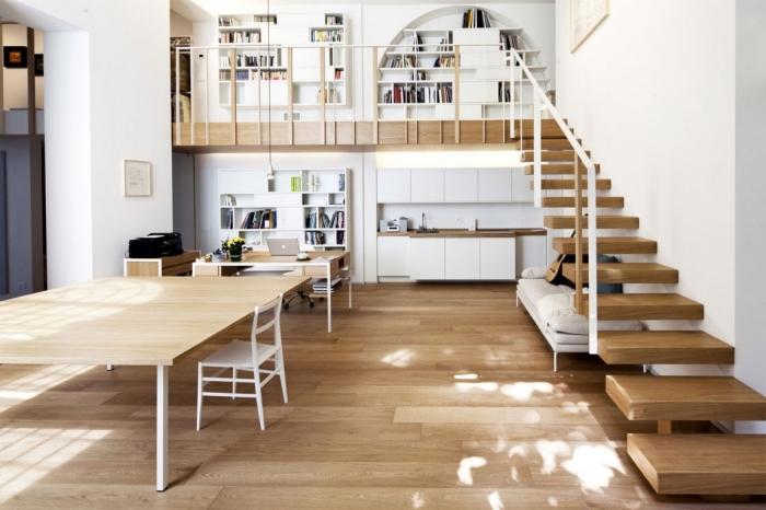 décoration maison avec mezzanine parquet bois table bois chaise blanche escalier moderne étage bibliothèque