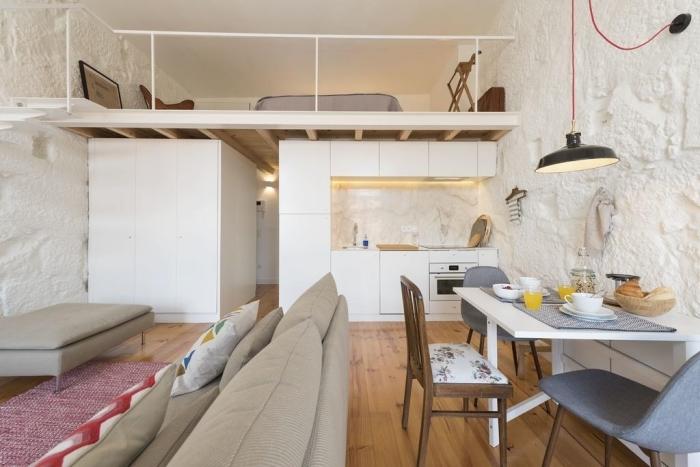 décoration mezzanine studio structure bois petite cuisine crédence marbre éclairage led canapé beige