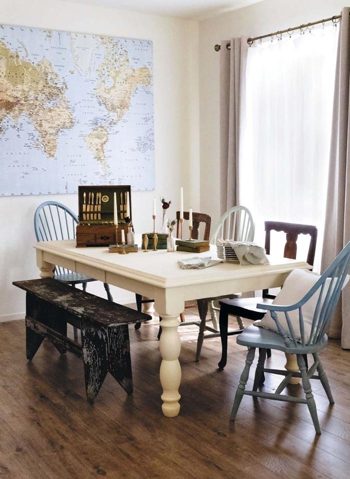 décoration salle manger table bois chaise couleur blanche rideaux rose poudré carte monde peinture chaise bois