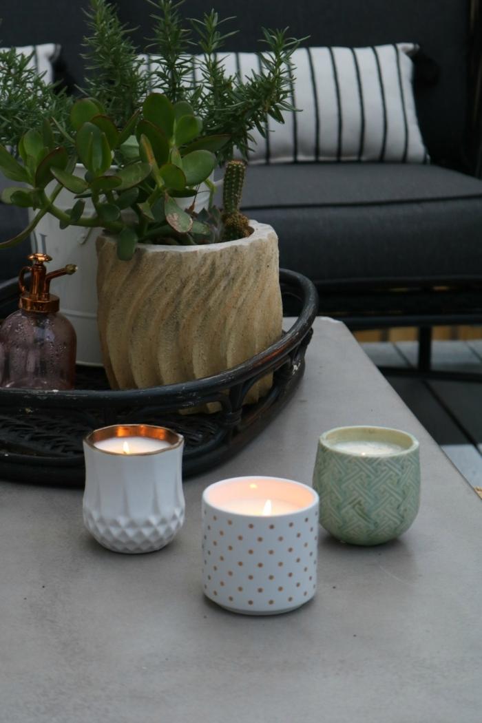 décoration salon avec bougie fait maison canapé gris anthracite plantes vertes table béton