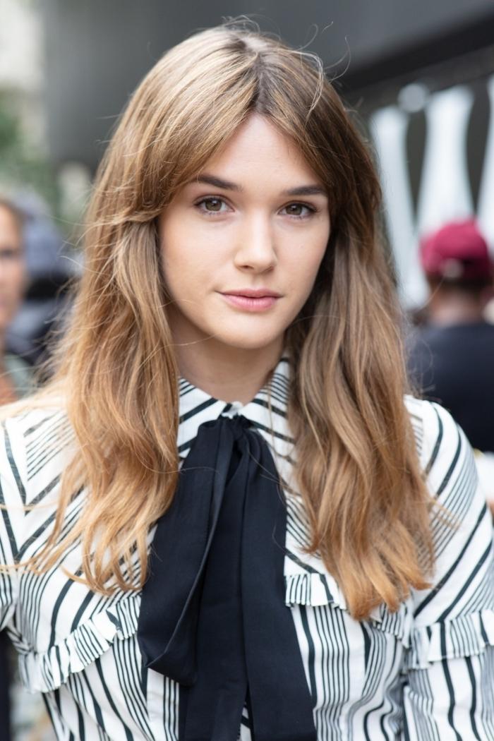 dégradé cheveux long chemise blanche et noire volants écharpe noire yeux marron cheveux