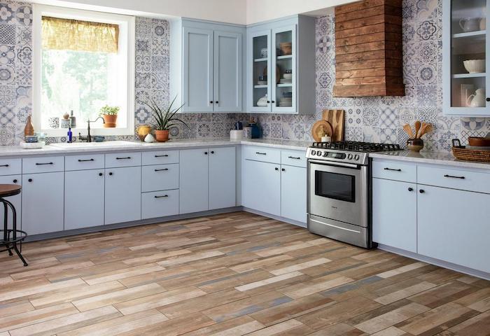 déco murale tendance de la cuisine avec des tuiles a motifs rustiques un aspirateur cachée par des planches