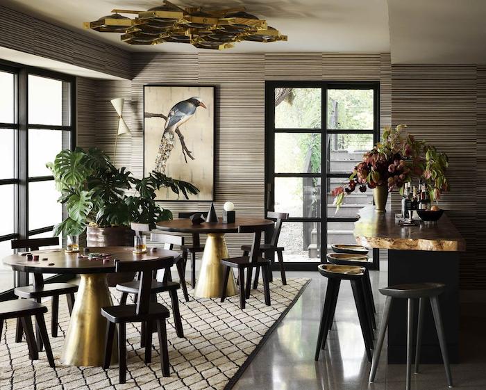 déco salon 2021 des tables en bois et metal dore sur un tapis beige et des palmes jpg