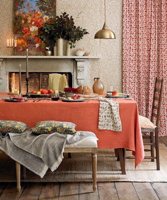 décoration intérieure salon en style glamour rustique un sol en paillisses des drapes a motifs et des plantes vertes sur une cheminée