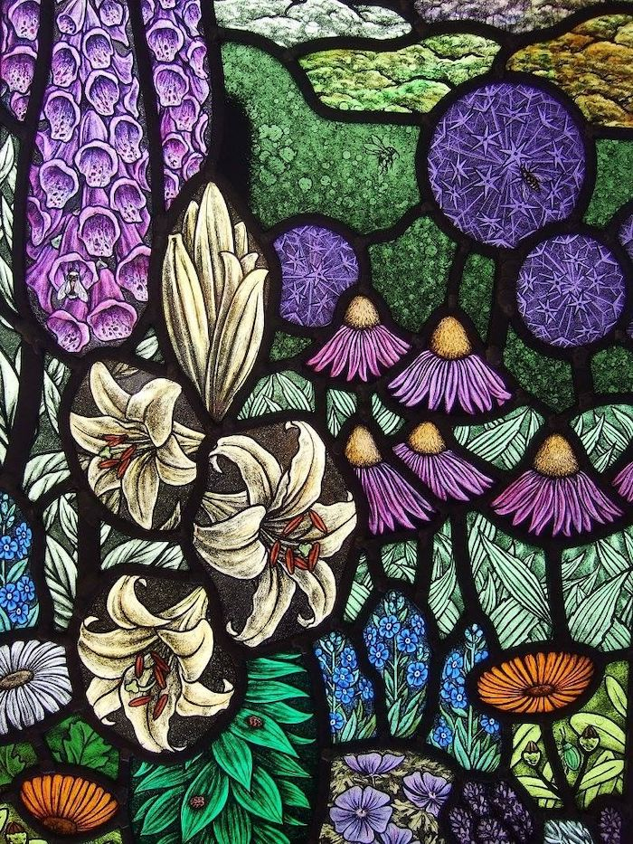 décoration sur verre avec des formes complexes florales un vitrail dans eglise