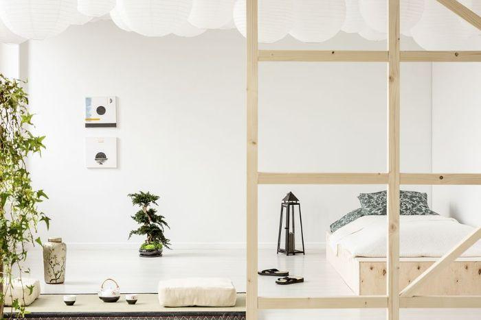 deco chambre japonaise murs et sol blancs lit bois literie blanche plantes d interieur zen couleur verte