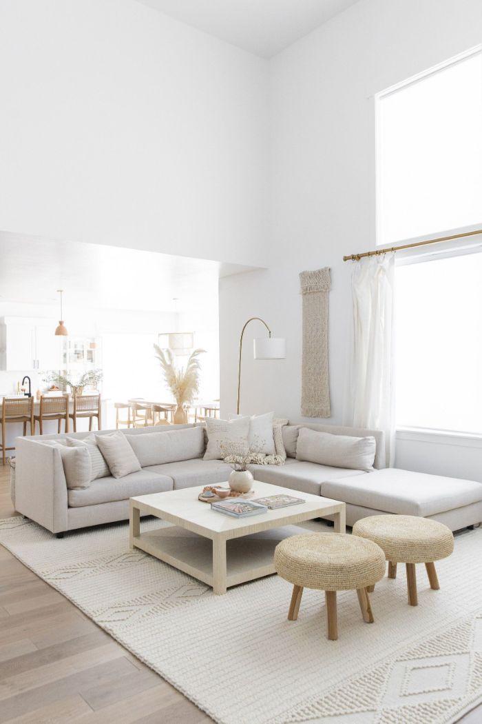 deco inspiration japonaise scandinave table basse blanche canapé d angle blanc tabouret pouf tressé murs interieur blanc