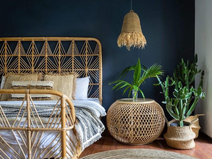 deco intérieur moderne une chambre avec des meubles tissés ratane un mur bleu royal et des plantes vertes