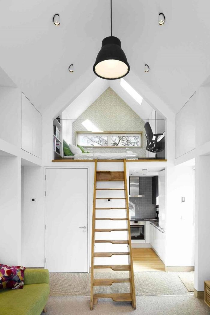 deco mezzanine lampe suspendue noire escalier bois canapé vert coussins décoratifs multicolore