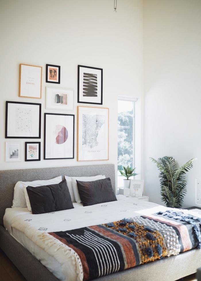 deco murale originale avec cadres art poster images tete lit tissu gris plantes vertes d intérieur