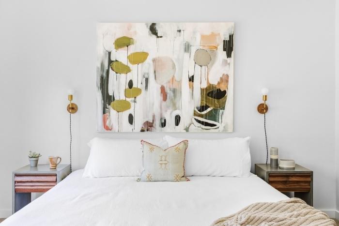 deco murale originale peinture couleurs terreuses linge de lit blanc applique murale laiton