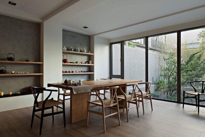 deco salle à manger intérieur japonais table et chaises de bois parquet bois clair portes verrière extérieur étagères ouvertes vaisselle japonaise