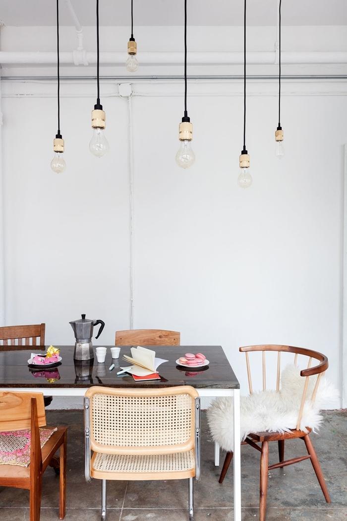 deco salle a manger blanche avec meubles en bois table blanc et noir suspension luminaire ampoules