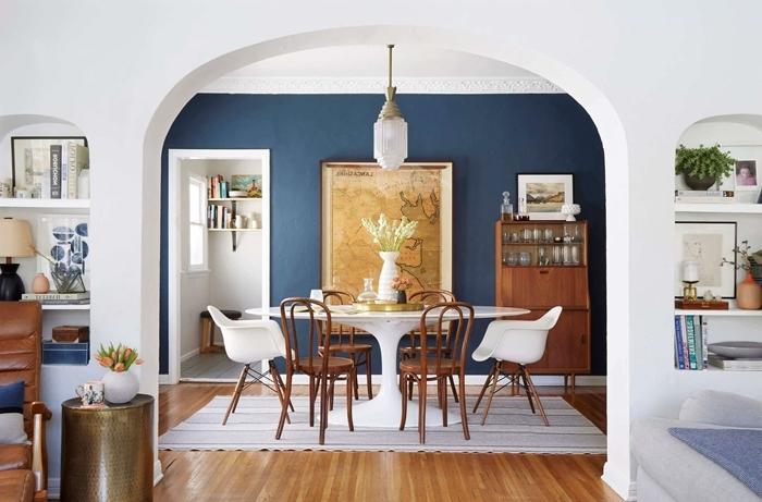 deco salle a manger bois et blanc peinture murale bleu foncé meubles bois sol parquet tapis blanc