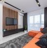 deco salon tapis gris canape d angle orange rideaux longs fonces mur blanc eclairage led meubles noirs