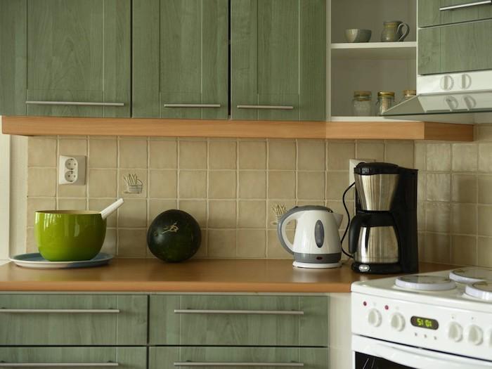 deco tendance 2021 une cuisine avec des placards en couleur olive verte un persolateur a cote de four