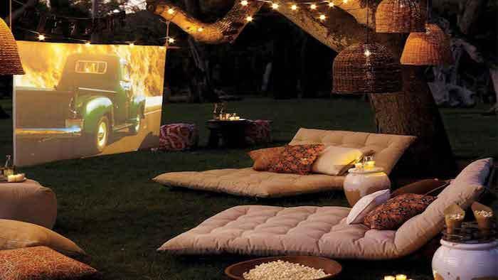des canapés dans le cour devant un grand télé idée d une soirée saint valentin
