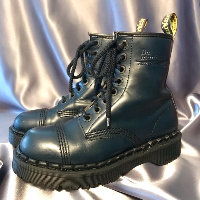 des chaussures doc martens sur un tissu de soie dr martens plateforme