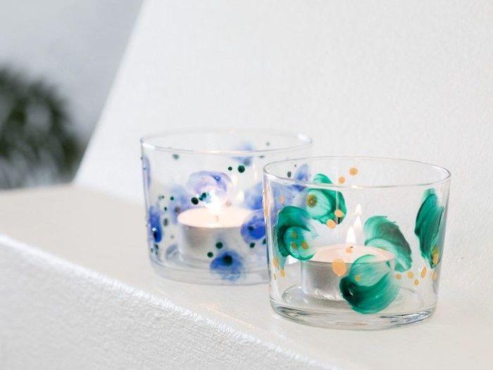 des petits bougeoirs dessinés avec des ornements bleu et vertes avec deux bougies loisir créatif adulte