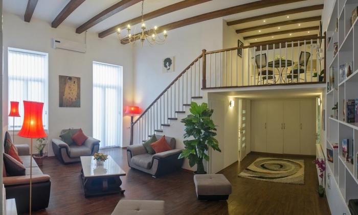 design intérieur deco mezzanine salon canapé gris anthracite fauteuil plafond poutres bois lustre