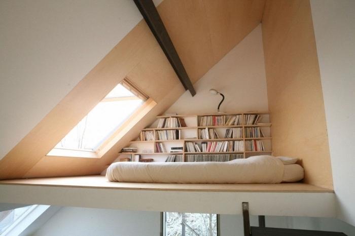 design mezzanine bois sous combles lit matelas sol bibliothèque rangement mural livres revêtement sol bois