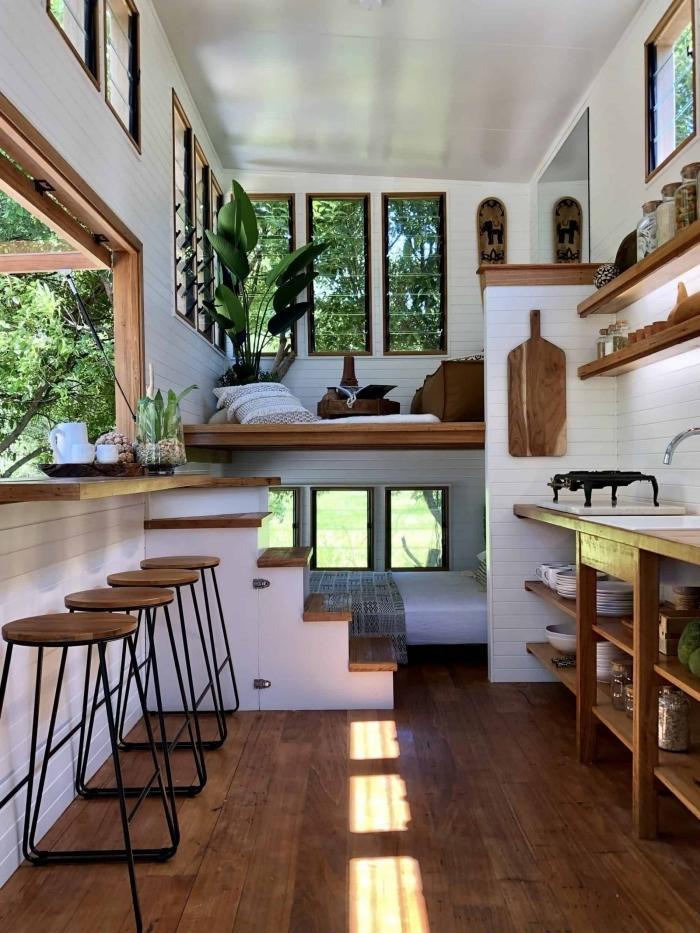 design nature style intérieur maison avec mezzanine petit espace tabourets de bar bois et métal bar