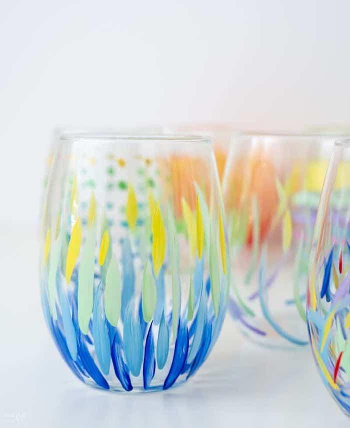dessin sur verre de vin a l aide des pinceaux et de la peinture acryllique