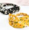 deux bandeaux pour cheveu en noir et jaune avec des motifs floraux