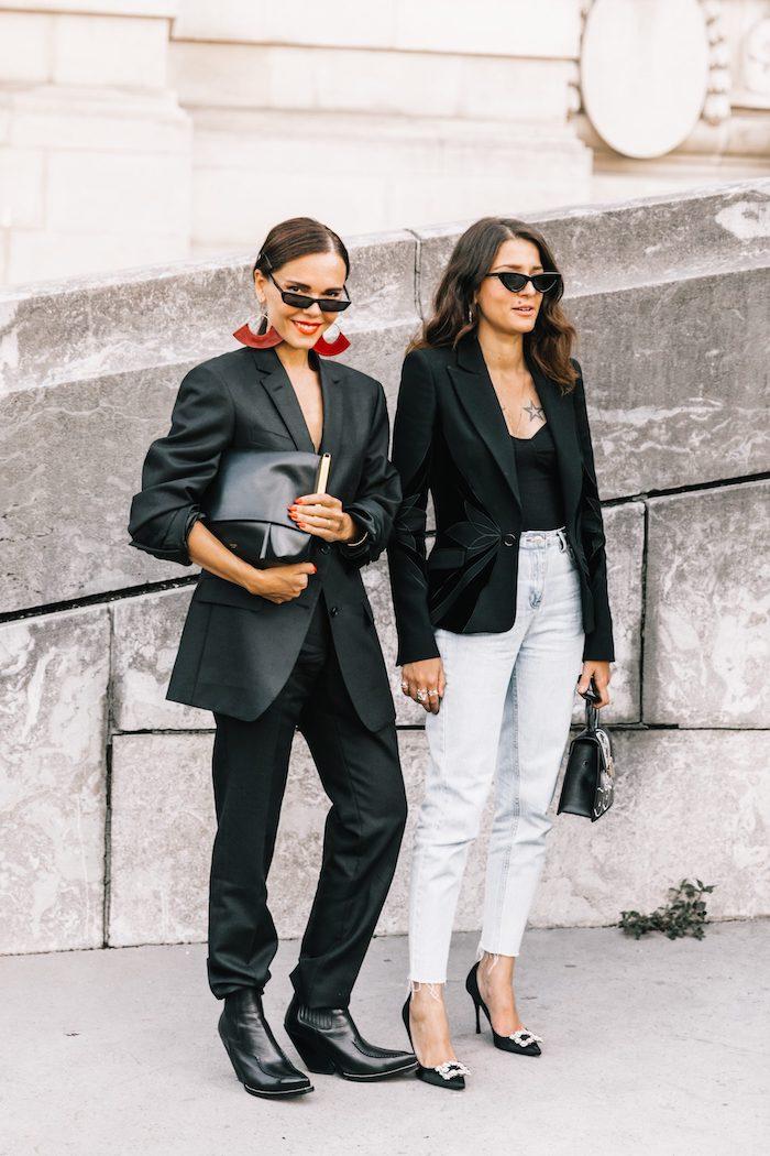 deux filles pendant la semaine de la mode l une avec un ensemble tailleur chic l autre avec deux parties differentes