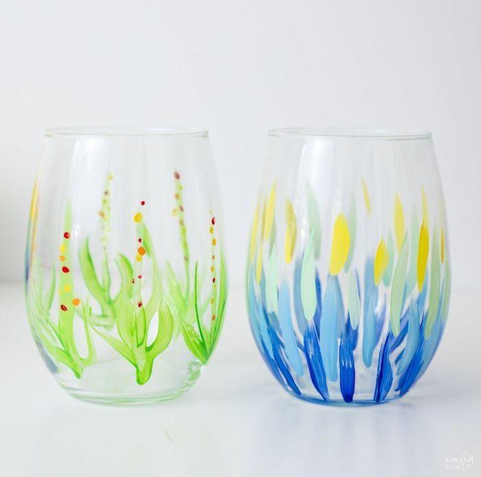 deux verres de vin peints a l aide des peintures acryliques en bleu et vert décoration sur verre