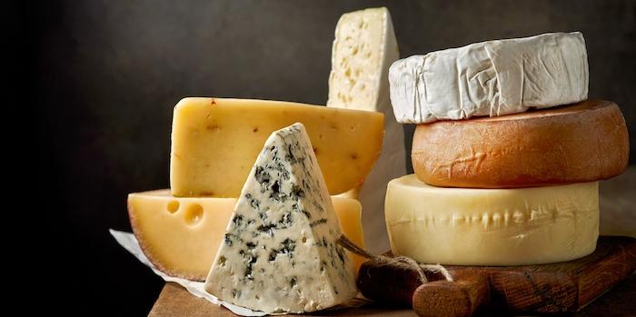 différentes types de fromage sur une planche en bois roquefort bri et gouda