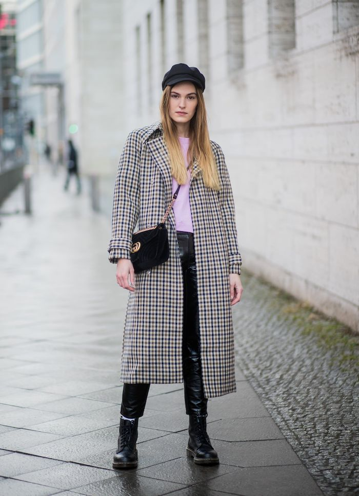 doc martens femme look avec un manteau pépite un casquette et pull rose