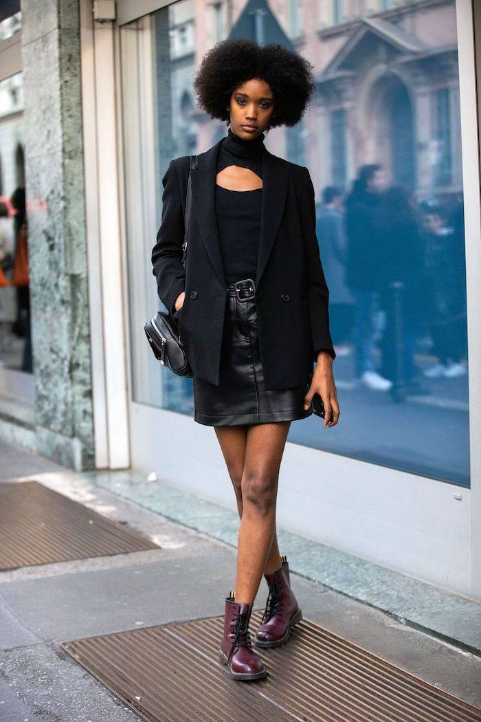 doc martens femme look elegant et chic avec une jupe courte en cuir et blazer noir