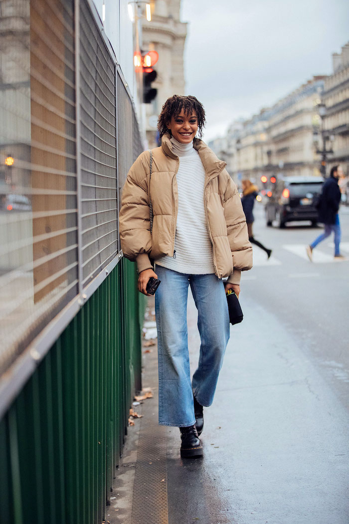 doc martens femme noir associées avec un jean jacket de l hiver et un pull tricoté blanc