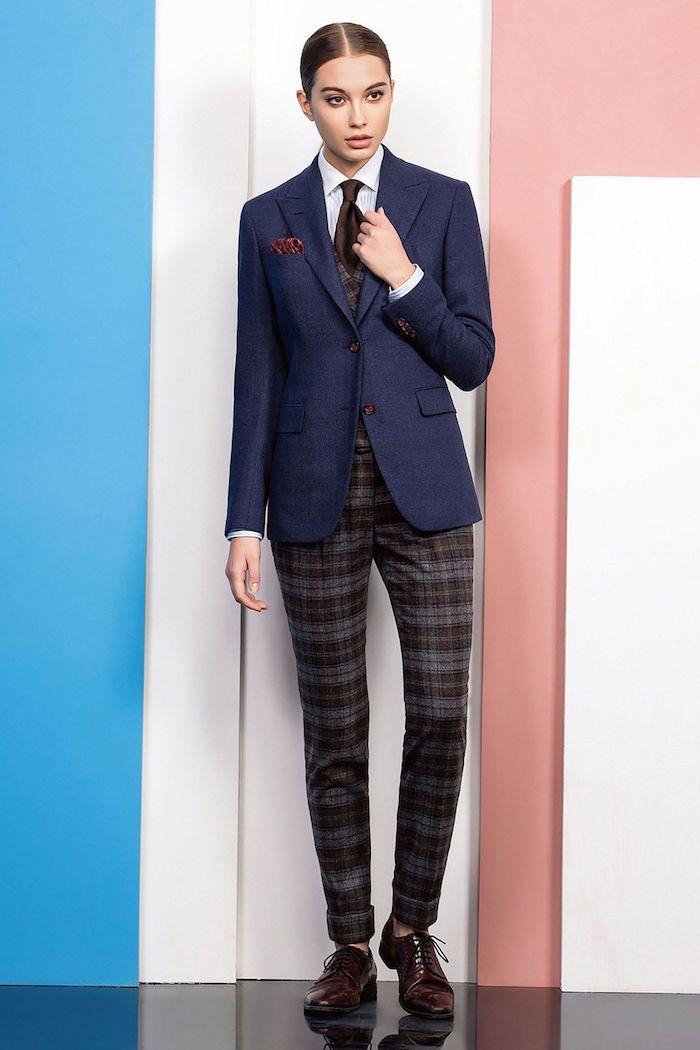 ensemble blazer pantalon femme avec une cravatte et la combinaison des tissus et des couleurs