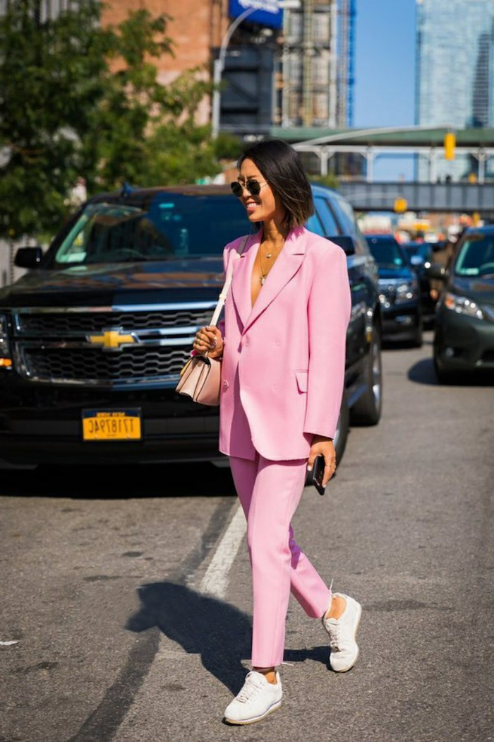 ensemble blazer pantalon parfaitement combinés avec pair de baskets et sac en cuir rose