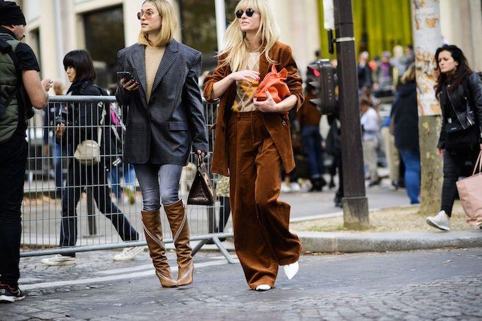 ensemble femme chic avec un tailleur en daim et une fille en jean des bottes hautes et une veste pepite