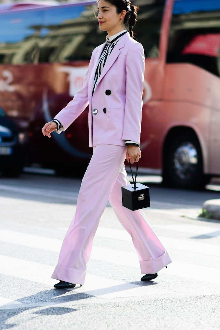 ensemble tailleur femme en rose avec des bordures noirs et une cravatte feminine