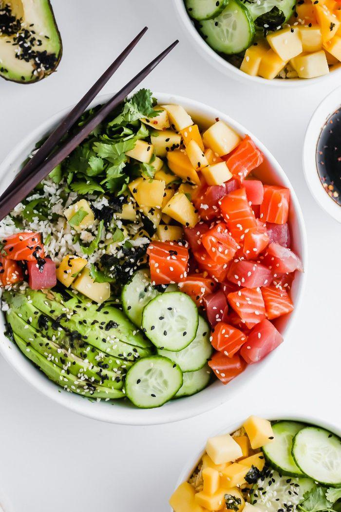 exemple de recette buddha bowl avec saumon fumé mangue avocat concombre et graines de sésame et sauce poke bowl
