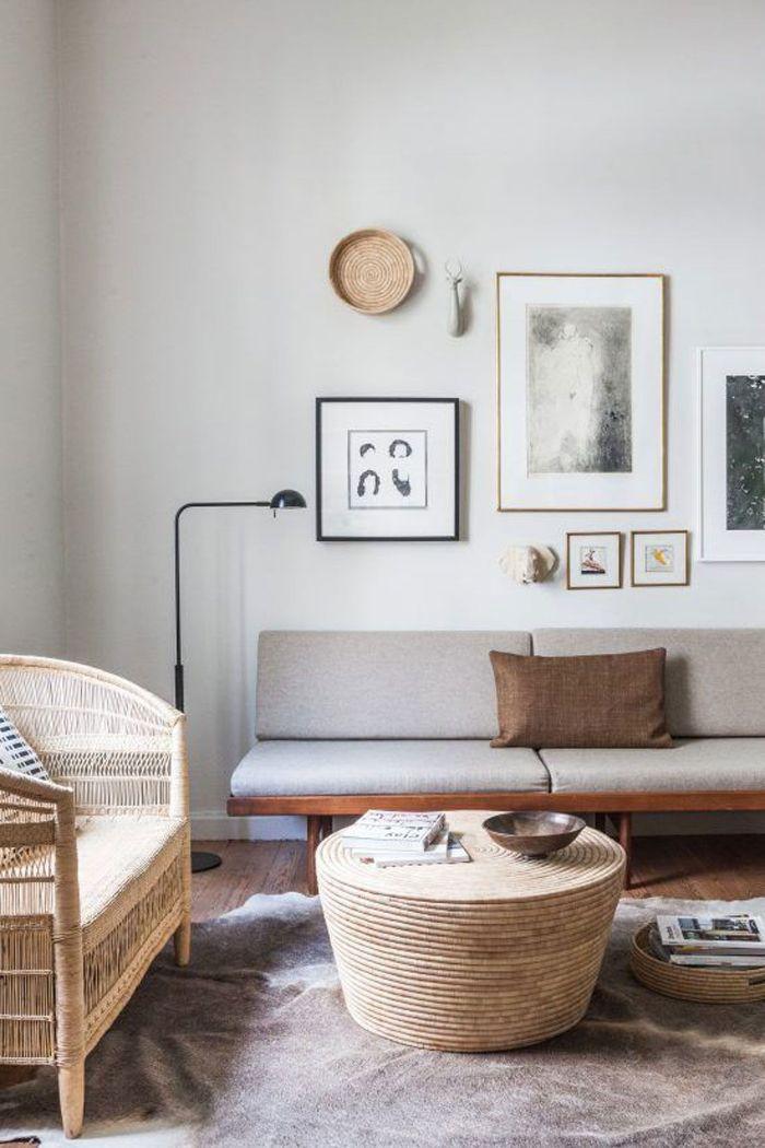 exemple deco salon contemporain chic et épiré tabe basse entourée de corde canapé tressé et canapé bois garni de coussin gris murs blancs décorés d art graphique