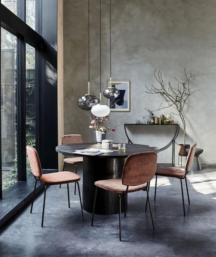 exemple interieur japonais style japandi table touret chaises roses murs gris objet déco dorés suspension originale