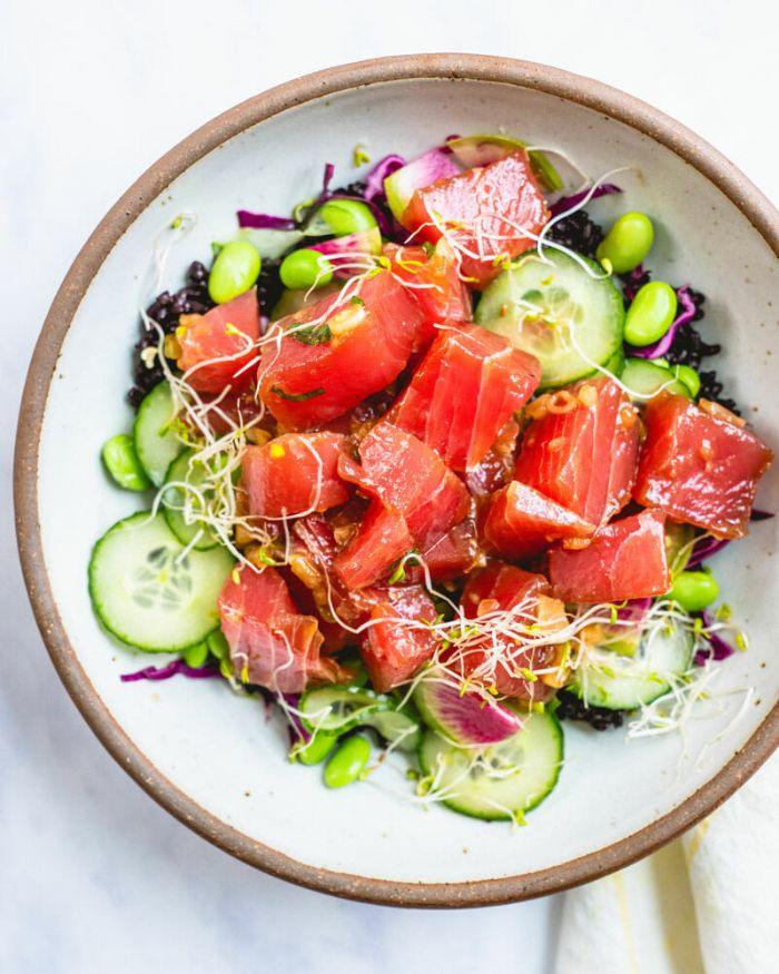 exemple recette poke bowl saumon coupé en cubes concombre fèves concombre chou et autres ajouts healthy