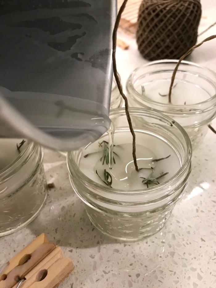 faire des bougies cire fondue végétale contenant bougie en verre pinces bois mèche