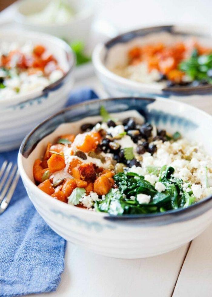 faire poke bowl quinoa vegan aux épinards sautés haricots noirs et des tranches de patate douce
