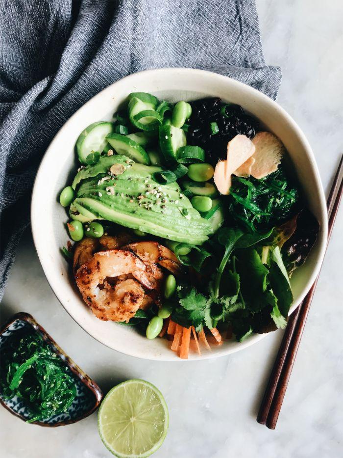 faire poke bowl recette avec crevettes carottes des fèves feuilles vertes avocat coupée ne tranches fruits de mer